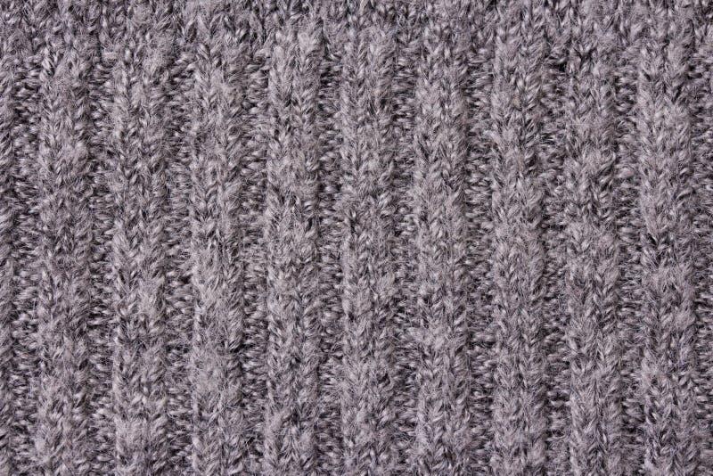 与辫子和样式的温暖的灰色被编织的项目 免版税库存图片