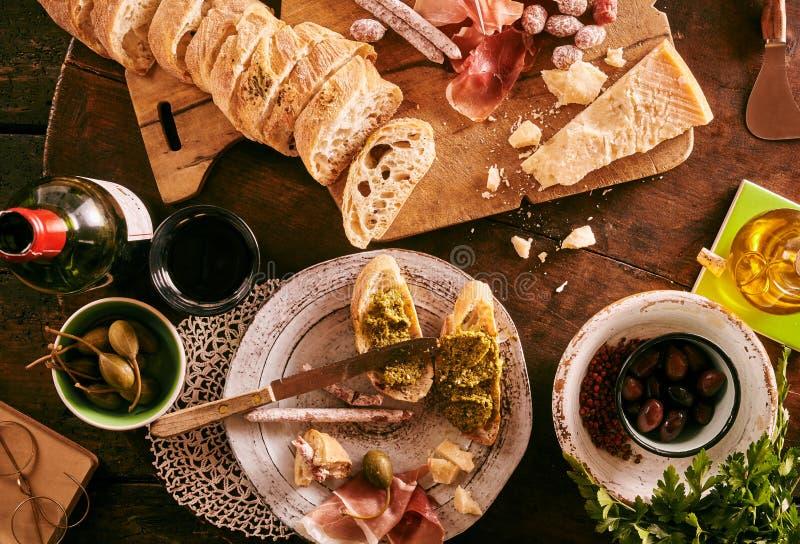 与边的面包在桌上 免版税库存图片