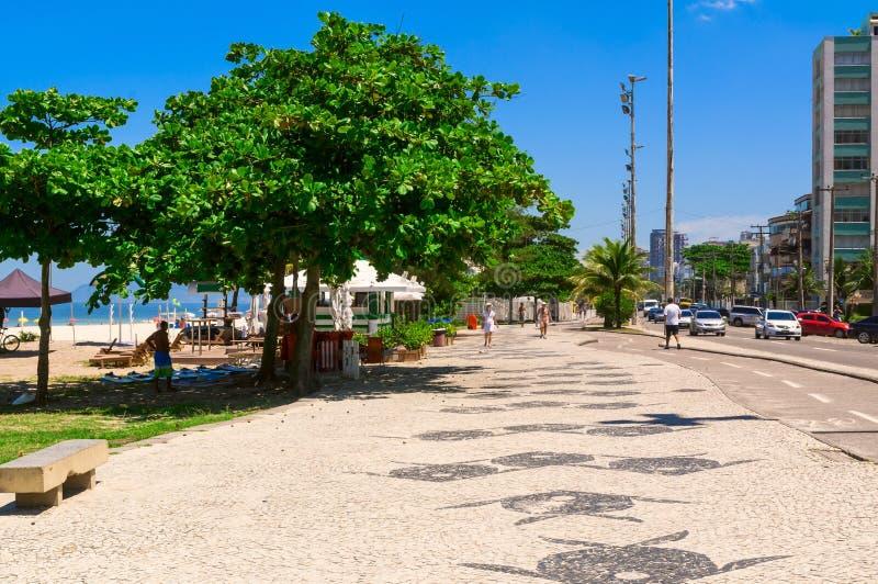 与边路马赛克的巴拉岛da Tijuca海滩在里约热内卢 库存照片