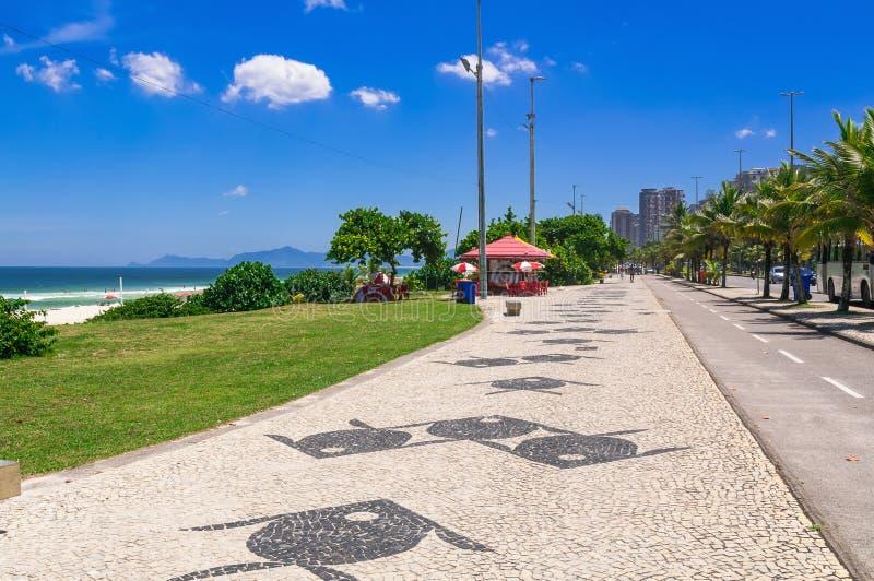 与边路马赛克的巴拉岛da Tijuca海滩在里约热内卢 免版税库存图片