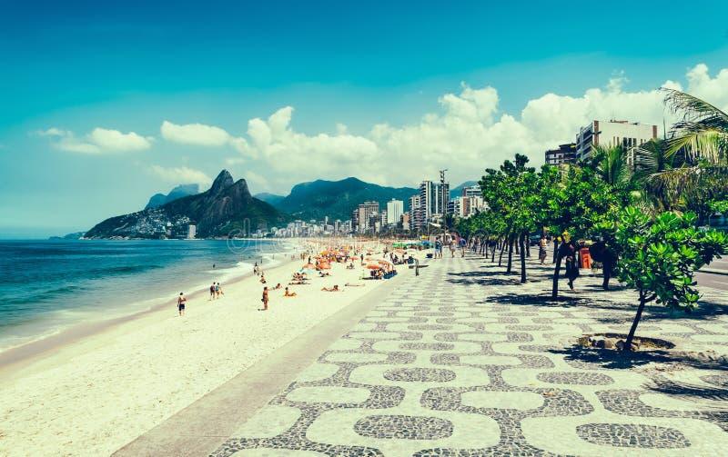 与边路马赛克的Ipanema海滩在里约热内卢 库存图片