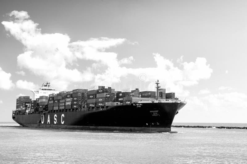 与运输货柜的大货船 库存照片