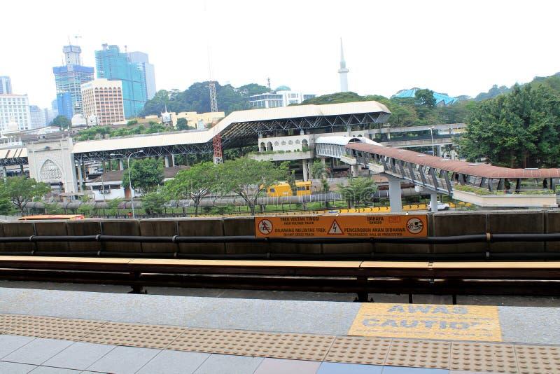 与运输部分的LRT轨道在城市 库存图片