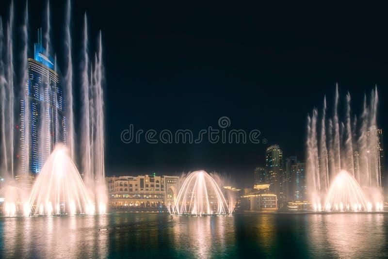 与迪拜的跳舞喷泉的夜都市风景 免版税库存图片