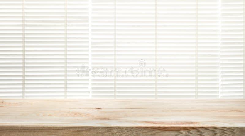 与迷离窗口的木台式关闭帷幕背景 库存图片