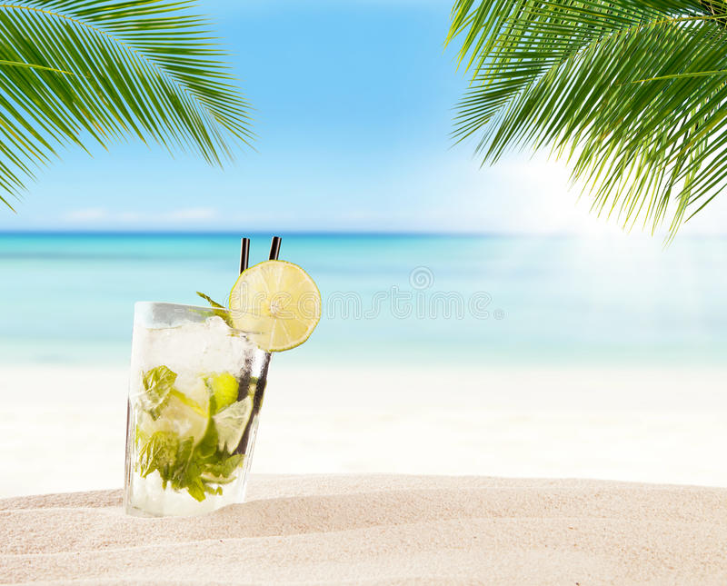 与迷离海滩的夏天饮料在背景 库存照片