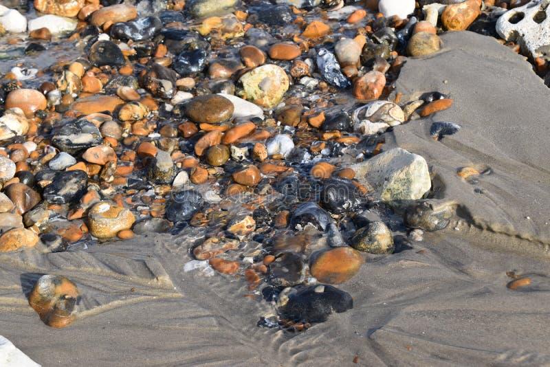 与退潮的海滩小卵石 库存图片