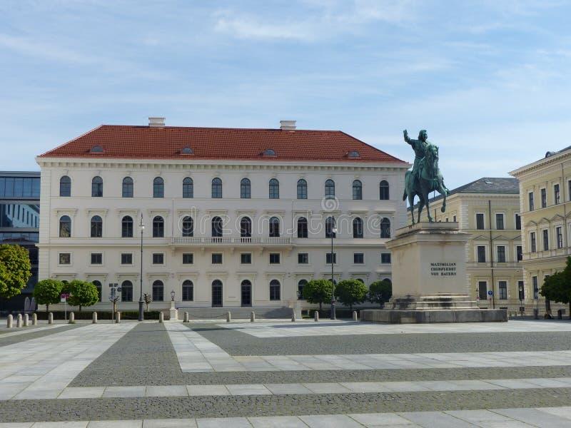 与选举人马西米连诺一世的雕象的Wittelsbachersplatz 慕尼黑 ?? 免版税库存图片