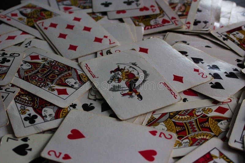 与选择的卡片的说谎的卡片在作为说笑话者夫人的上面 库存图片