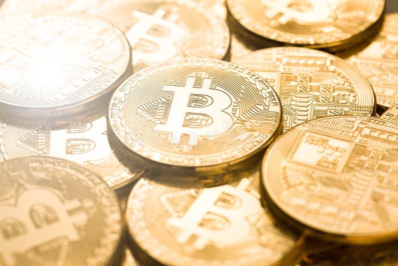 与选择聚焦的Bitcoins 物理位硬币 数字式货币 Cryptocurrency 免版税图库摄影