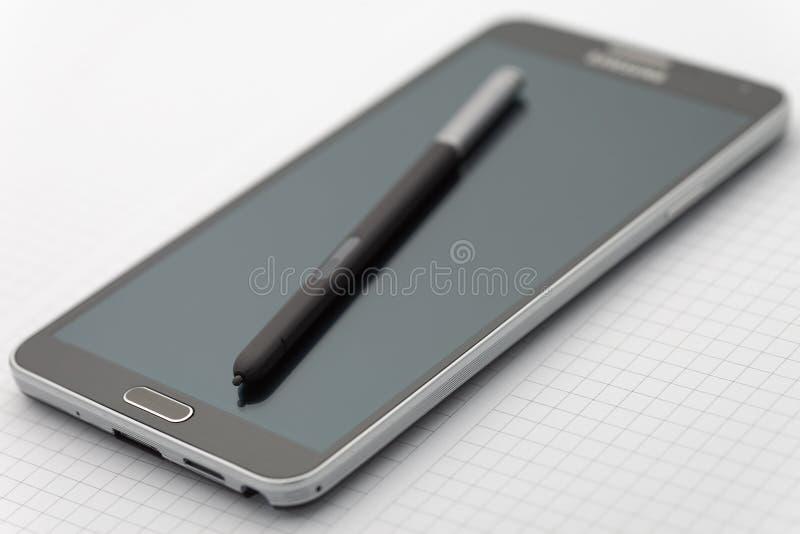 与选择聚焦的Phablet在铁笔笔 免版税库存照片