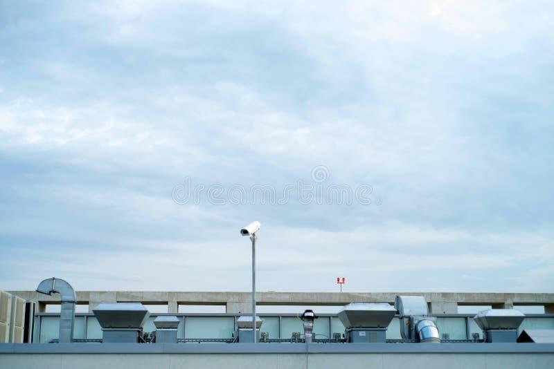 与透气和金属管子的工厂厂房屋顶 库存照片