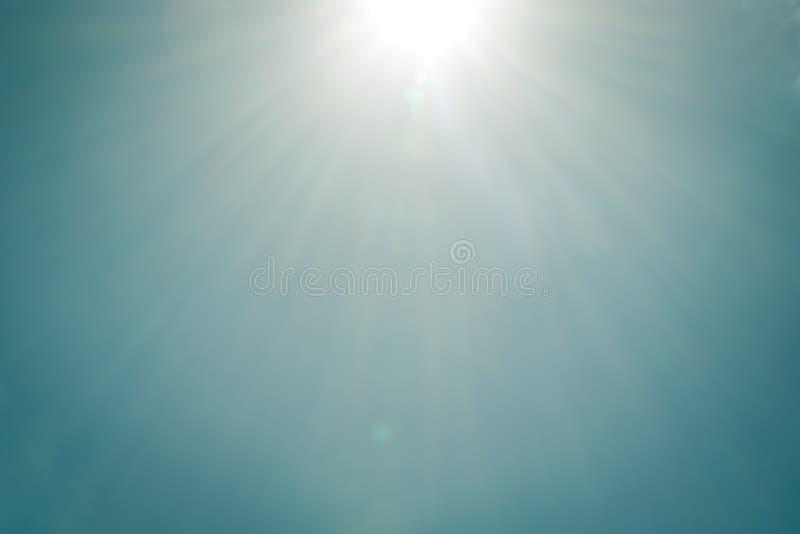 与透镜火光的现实光亮的太阳在蓝天非覆盖自然天背景葡萄酒口气 库存例证