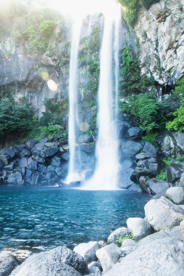 与透镜火光的Joengbang瀑布从阳光在西归浦,济州海岛,韩国 库存图片