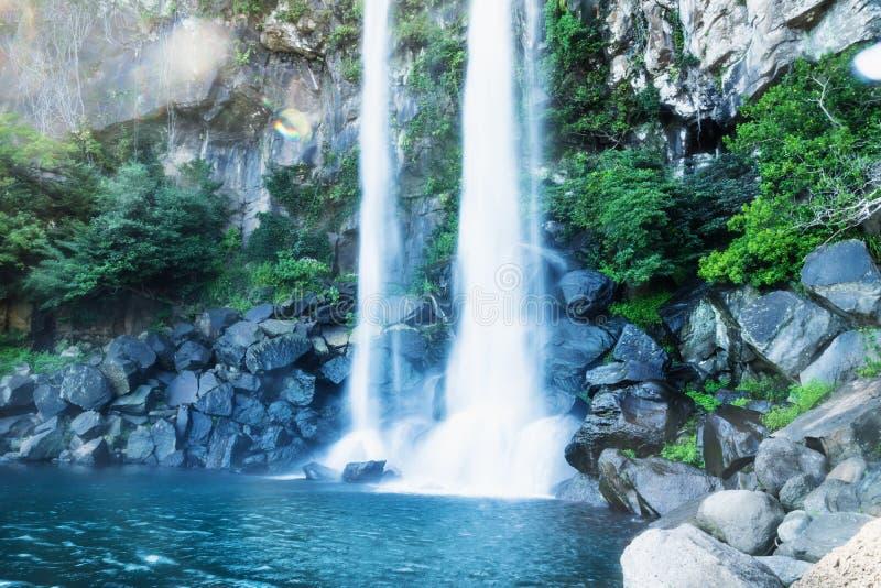 与透镜火光的Joengbang瀑布长的曝光在西归浦,济州海岛,韩国 免版税图库摄影