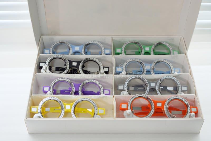 与透镜的眼科玻璃被折叠入案件的细胞 库存照片