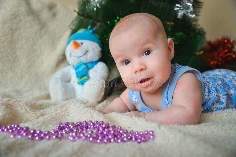 与逗人喜爱男婴微笑的圣诞卡 库存照片