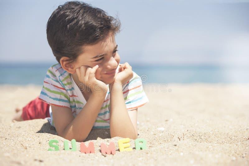 与逗人喜爱的小男孩的夏时概念 库存照片