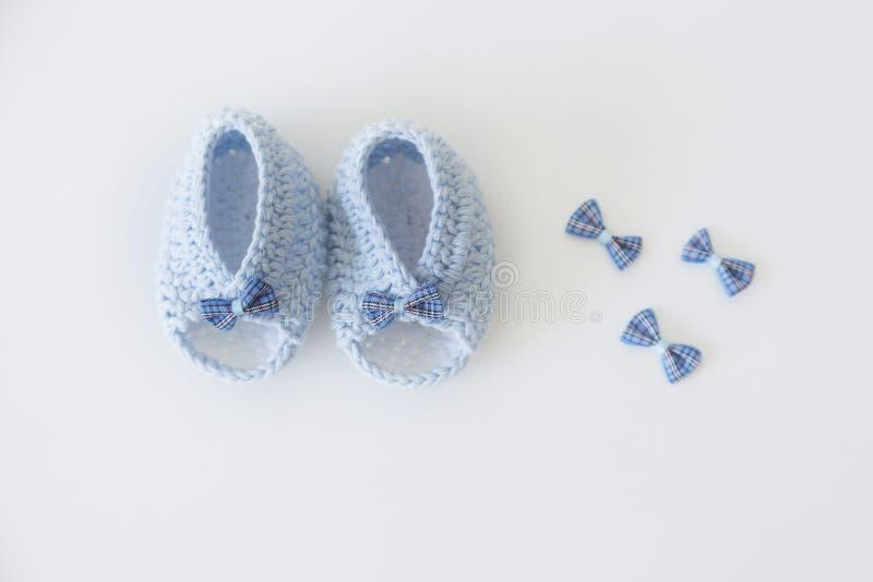 与逗人喜爱的鞋带的手工制造软的婴孩毛线 图库摄影