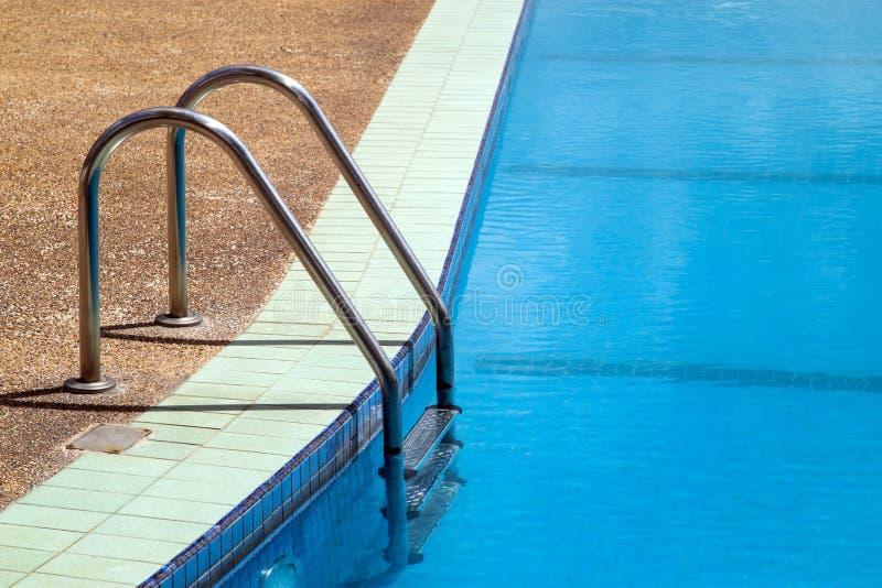 与通入梯子的室外游泳池 免版税库存照片