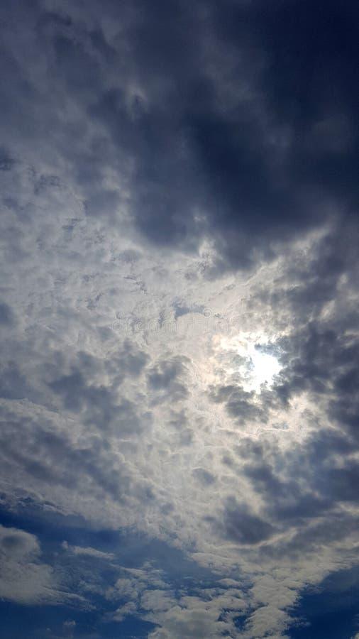 与通过发光的阳光的美妙的cloudscape 免版税库存照片