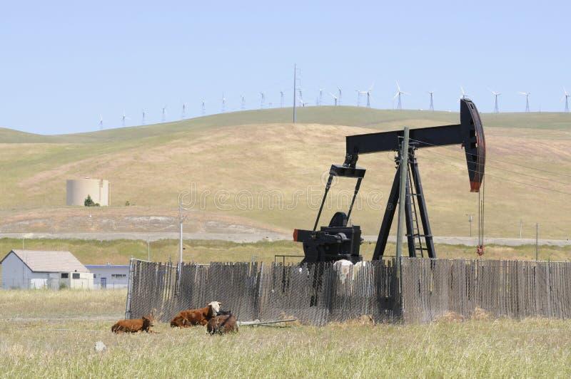 与造风机的油井泵 免版税图库摄影