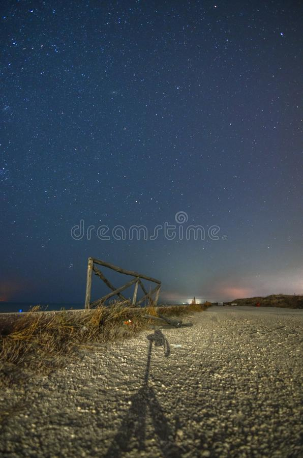 与道路和满天星斗的天空的夜风景 库存照片