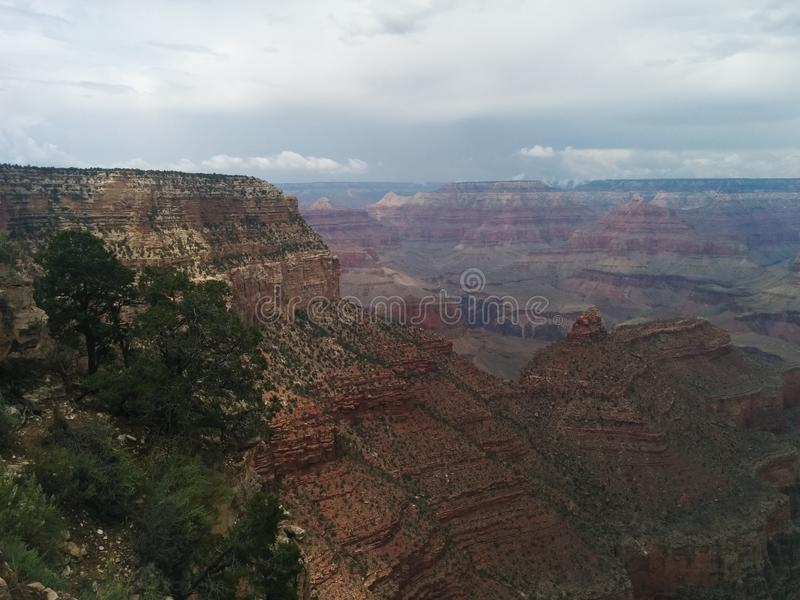 与遥远的暴风云的大峡谷风景 库存照片