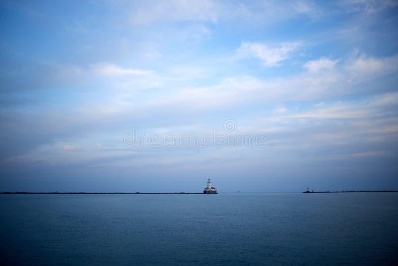 与遥远的码头的最低纲领派蓝色湖视图 免版税图库摄影