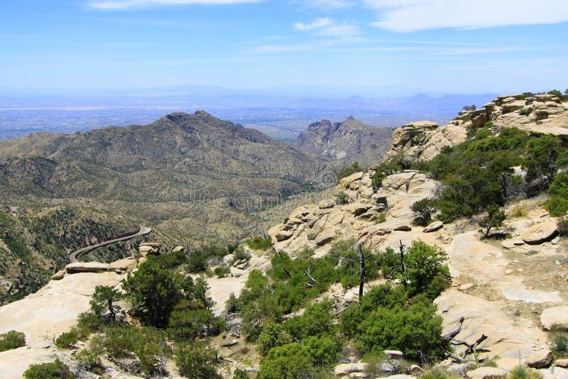 与遥远的高速公路的沙漠山 免版税图库摄影