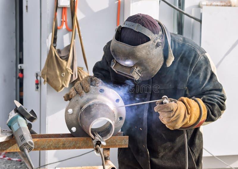 与避开的耳轮缘的手工电弧焊接圆锥形转折 免版税库存图片