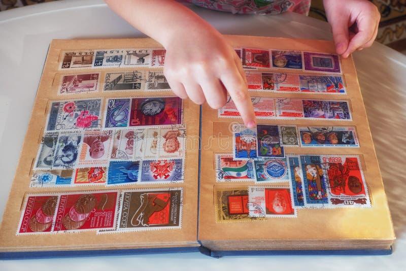 与邮票的童颜册页 免版税库存照片