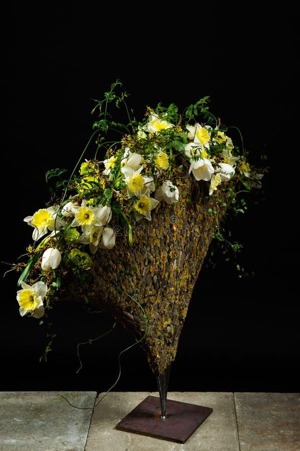 与郁金香和黄水仙的精妙的花的布置 库存照片