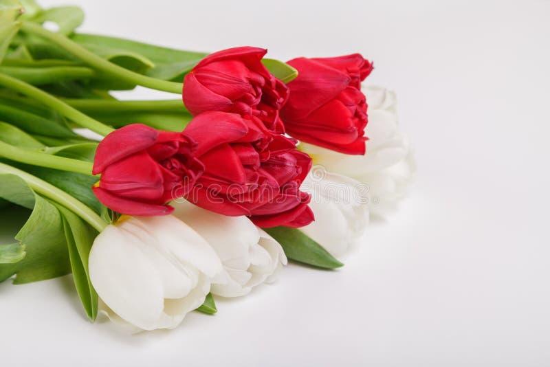 与郁金香春天花束的葡萄酒静物画  母亲节,妇女的天的概念 装饰有花的家 免版税库存照片