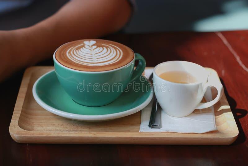 与郁金香泡沫样式的热的咖啡拿铁 库存图片