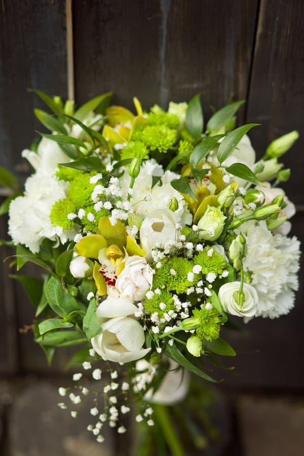 与郁金香的白色婚姻的花束 图库摄影