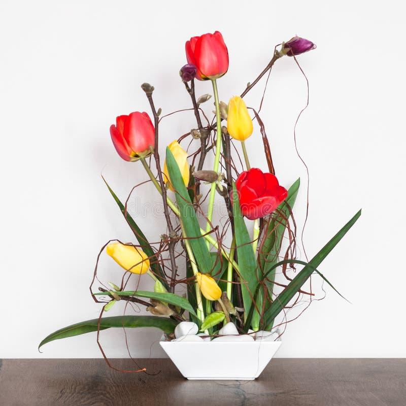 与郁金香的艺术性的花的布置 免版税库存照片