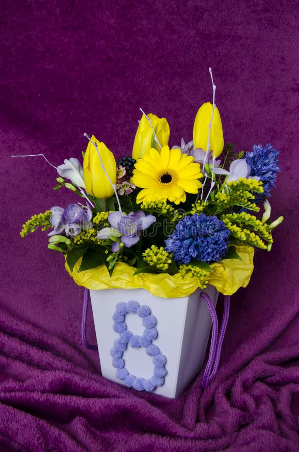 与郁金香花束的静物画在一个经典样式的 免版税图库摄影