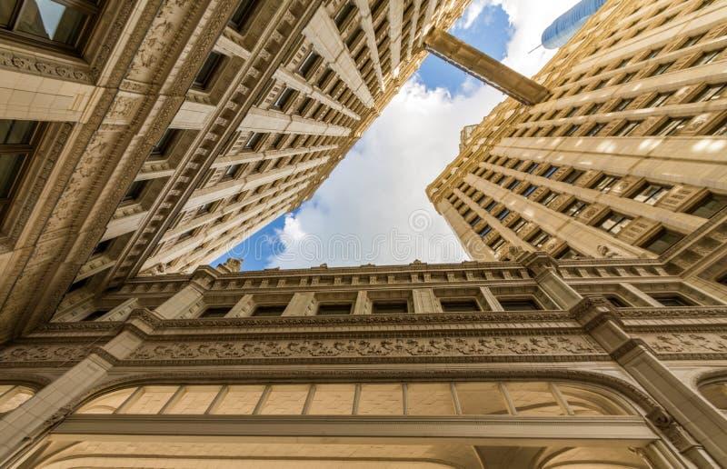 与都市摩天大楼的河步行在芝加哥,美国 免版税库存照片