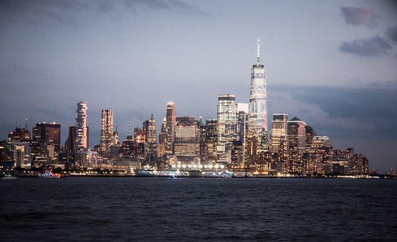 与都市摩天大楼的纽约地平线 免版税库存图片