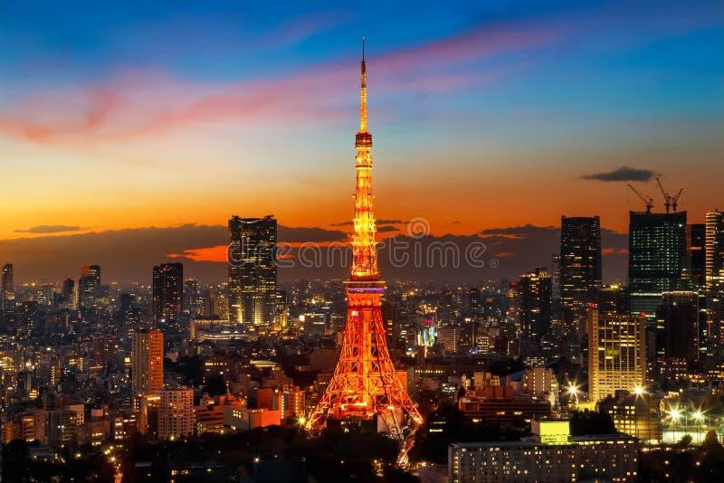 与都市风景的东京铁塔 库存图片