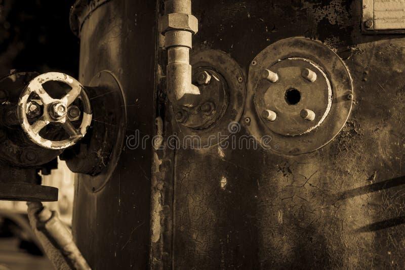 与配件关闭的脏的老钢锅炉 免版税库存图片