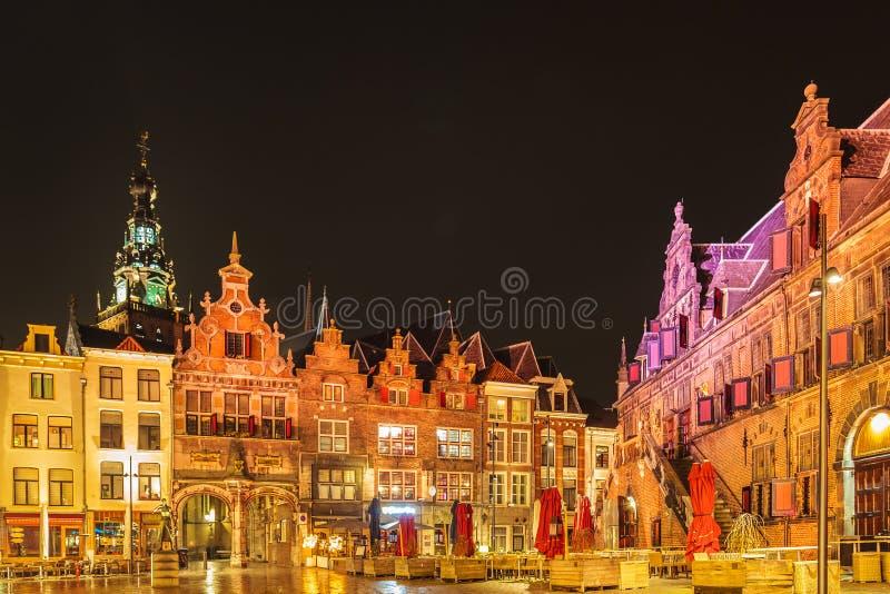 与酒吧和餐馆的中央历史的正方形在Nijmege 库存图片
