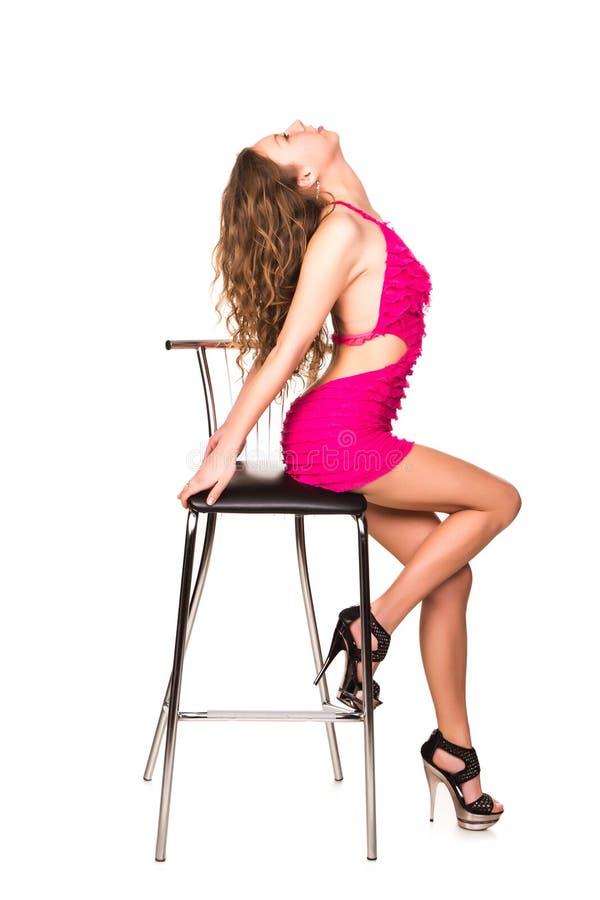 与酒吧椅子的美好的性感的妇女跳舞 免版税库存图片