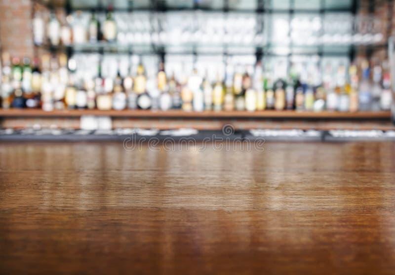 与酒吧的台式木柜台弄脏了背景 免版税图库摄影