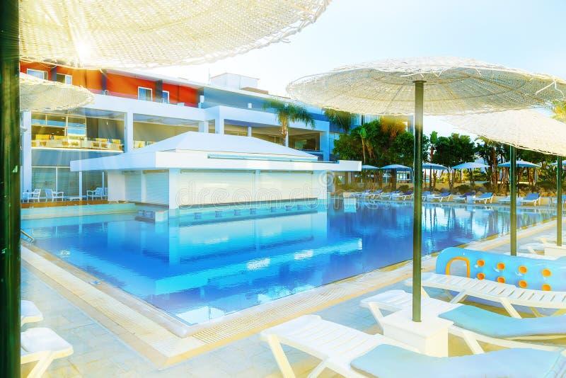 与酒吧的游泳池在豪华热带旅馆手段 免版税库存图片