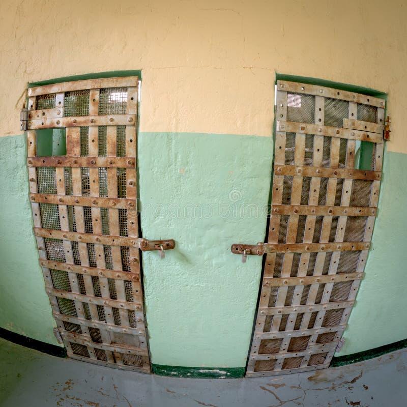 与酒吧的牢房门在他们 库存图片