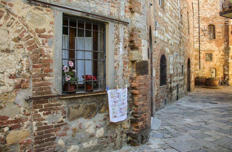 与酒吧的窗口在市的老房子里蒙特普齐亚诺, 库存照片