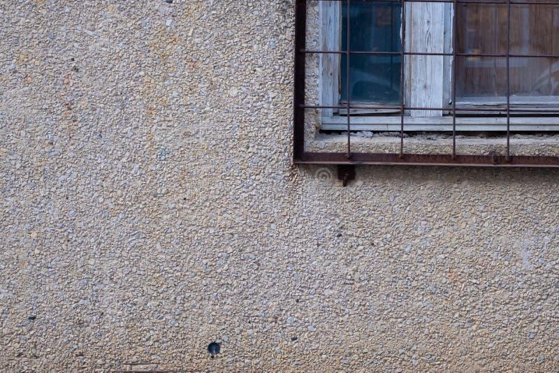 与酒吧的窗口构造被暴露的聚集结束地面石头表面  图库摄影