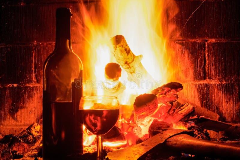 与酒杯和瓶的壁炉 图库摄影